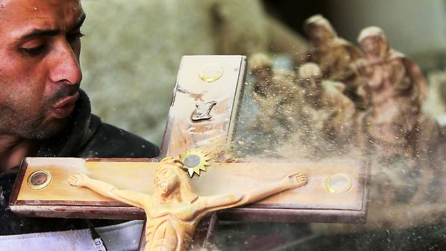 A Palestinian wood sculptor working near Manger Square (Photo: EPA)