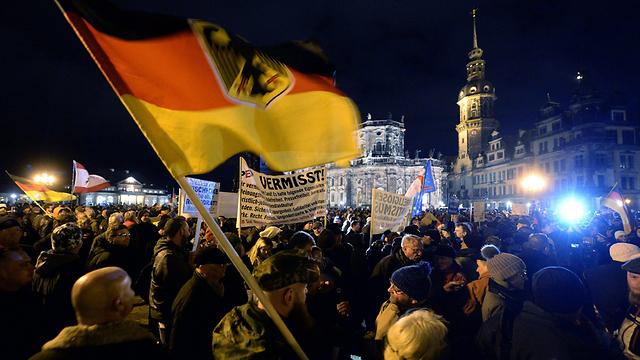 ההפגנה הערב בדרזדן. לא רק אנשי ימין קיצוני (צילום: EPA)