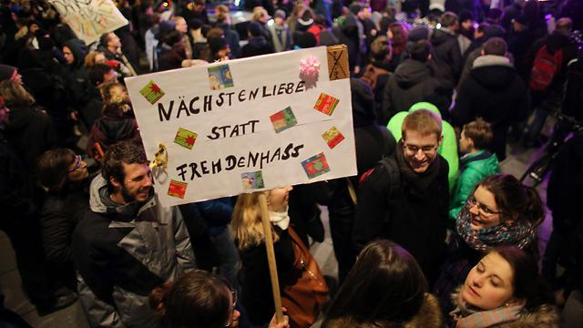 """מפגינים נגד """"פגידה"""": """"אלטרואיזם במקום שנאת זרים"""" (צילום: EPA)"""