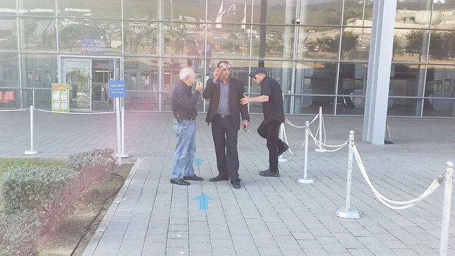 Marshak waits at border crossing (Photo: Roee Idan)