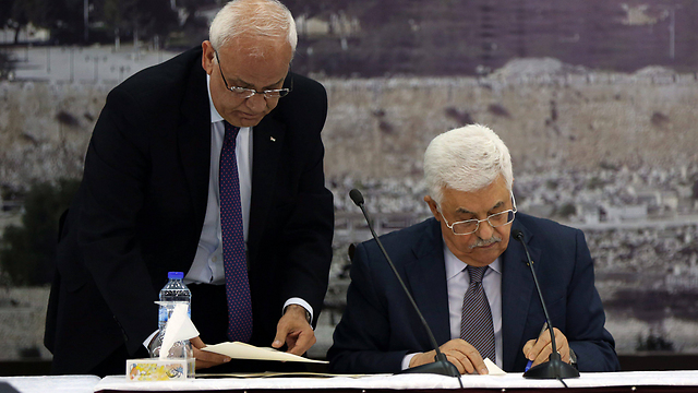 Mahmoud Abbas signing international treaties on January 1 (Photo: EPA)