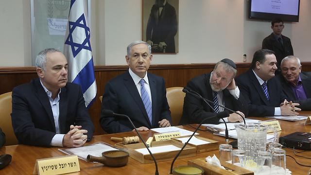 Netanyahu at cabinet meeting (Photo: Marc Israel Sellem)