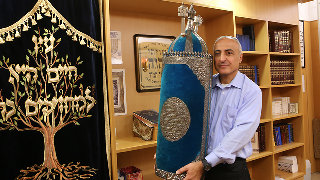 Amnon Israel with the Torah scroll he insisted on restoring (Photo: Alex Kolomoisky)