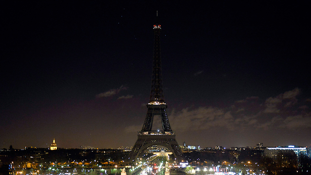 Iconic tower goes black to honor dead (Photo: EPA)