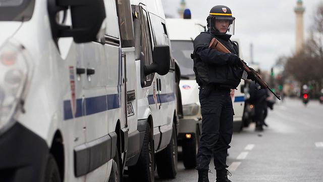 שוטרים מחוץ למרכול הכשר שעליו השתלטו המחבלים (צילום: EPA)