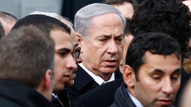 Netanyahu visits site of attack at kosher supermarket in Paris (Photo: EPA) (Photo: EPA)