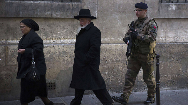 A soldier patrols by a Jewish school in Paris (Photo: AFP)