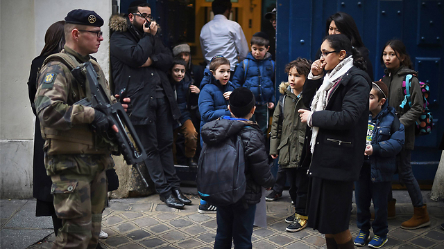 A soldier patrols by a Jewish school in Paris (Photo: GettyImages)