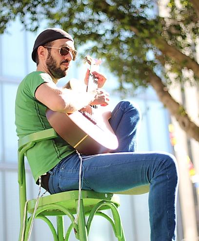 """""""זה הזמן של מוזיקאים שחזרו בתשובה. אני כבר לא רוצה להישאר במוזיקת רחוב"""". עידן דוד ()"""