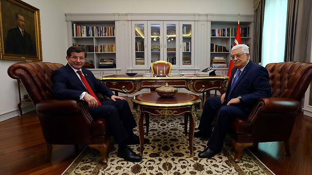 Davutoglu and Abbas (Photo: AFP)