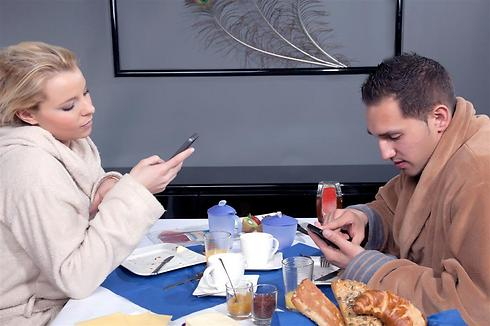 אוכלים ביחד, לא מרימים את הראש מהטלפון (shutterstock)