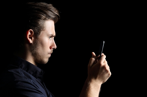 יש לי חמש דקות לעבור על כל השיחות פייסבוק שלה עד שהיא תחזור (צילום: Shutterstock)