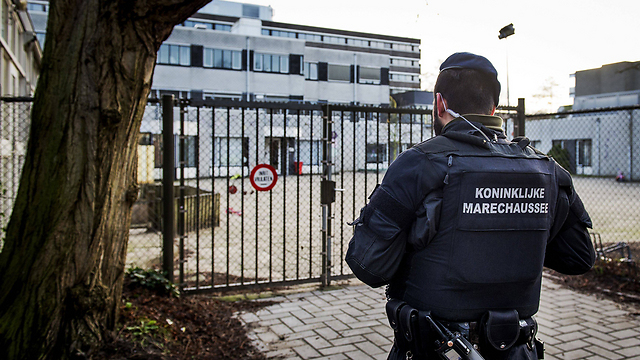 Dutch forces protect Jewish school (Photo: AFP)