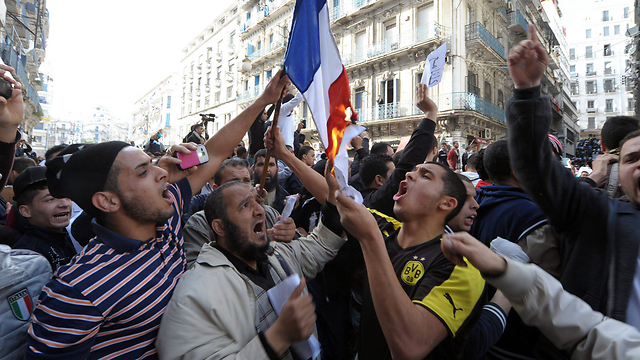 Algerians protest against French (Photo: EPA)