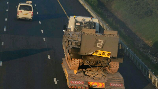 IDF tanks transported to northern front (Photo: George Ginsburg)