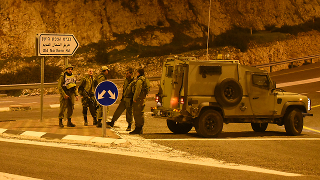 Soldiers at roadblock in northern Israel (Photo: Avihu Shapira)