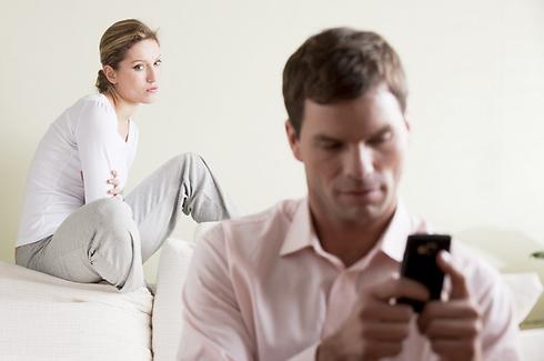 עבור מרבית הנשים, בגידה רגשית כואבת יותר (צילום: shutterstock)