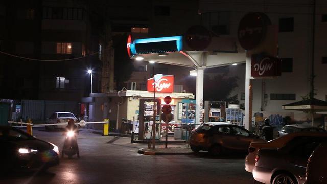 תחנת דלק סמוך למבנה מגורים בתל-אביב       (צילום: מוטי קמחי)