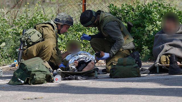 הטיפול בפצועים בשטח (צילום: EPA)
