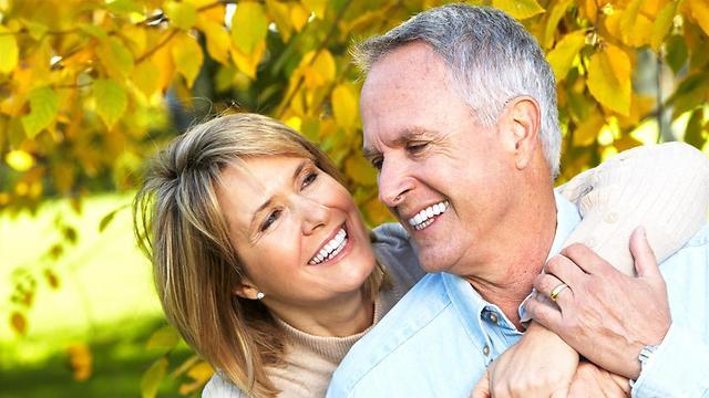גם בגיל מבוגר אנחנו רוצים להנות משיניים בריאות וחזקות (צילום: shuttestock)