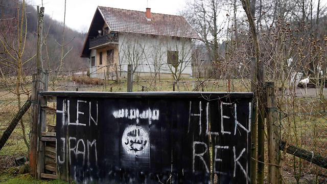 כתובות דאעש בכפר (צילום: רויטרס)