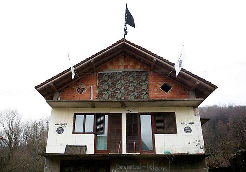 דגל דאעש על אחד הבתים בכפר (צילום: רויטרס)
