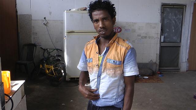 עומאר, תושב המתחם, גר במוסך שהפך לבית דירות (צילום: אסף קמר)