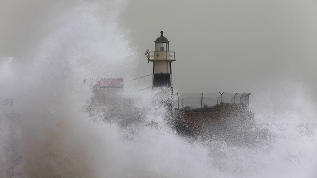 Waves in in Acre. (Photo: Associated Press)