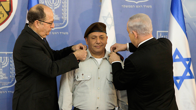 Eisenkot (C) receiving his lieutenant general rank from former Defense Minister Ya'alon (L) and Prime Minister Netanyahu (Photo: AP)