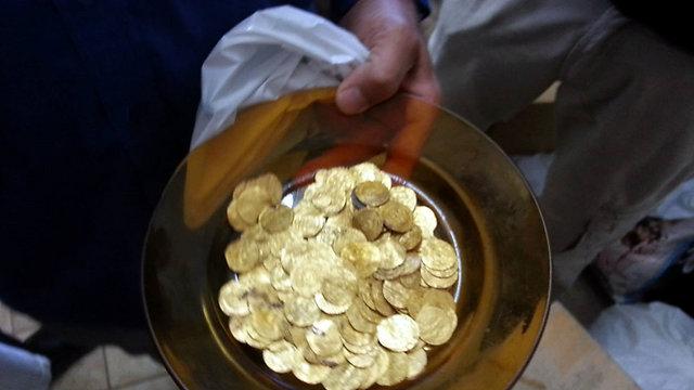 A 1,000 year old gold treasure (Photo: Tzvika Feuer)