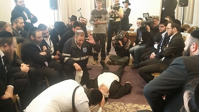Rabbis practice first aid at Prague conference (Photo: EJA)
