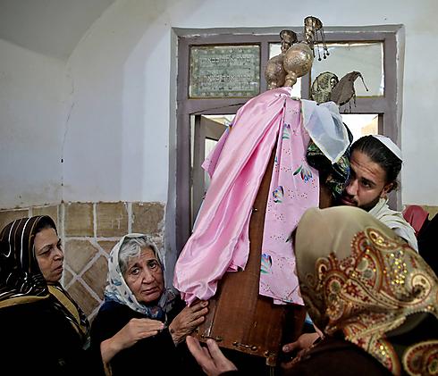 Torah scroll at Iranian synagogue (Archive photo: AP)
