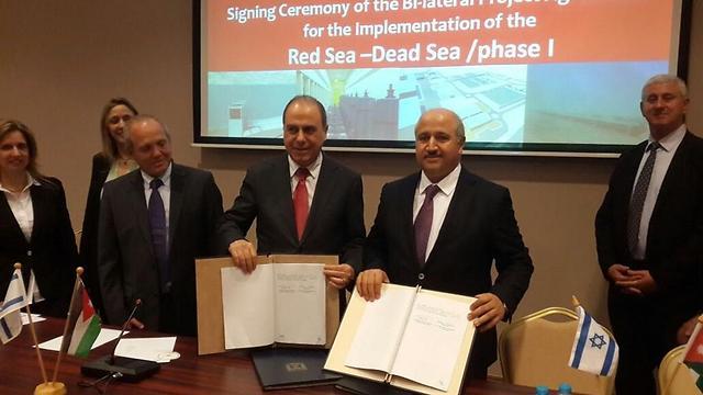 Israel's Silvan Shalom with Jordan's Nasser sign deal
