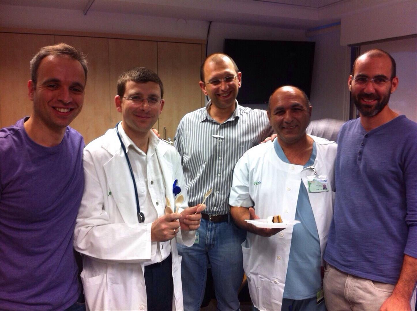 """ד""""ר גולדין (במרכז) עם החברים הרופאים במחלקה האורולוגית במרכז הרפואי כרמל (  )"""