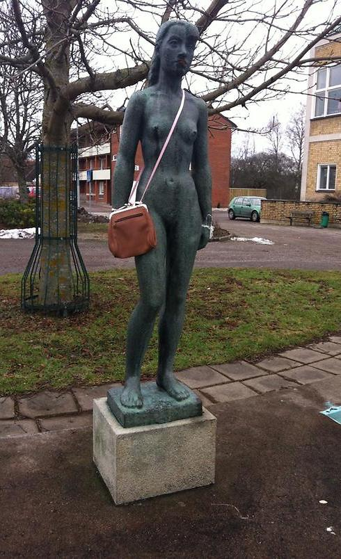Statue in Swedish town adorned with handbag (Photo: Screenshot from Twitter)