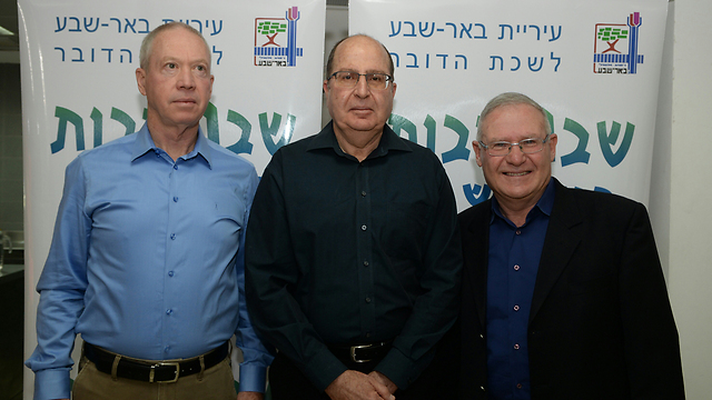 Galant, Ya'alon and Yadlin at cultural event, Saturday (Photo: Herzl Yosef)