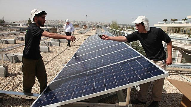 Solar panels being installed on Knesset roof (Photo: Knesset Spokesman)