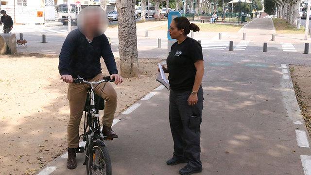 החרמת אופניים חשמליים בתל אביב (צילום: מוטי קמחי)
