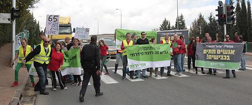 """הפגנת עמותת אור ירוק: """"65 - הכביש הזה הורג אותנו"""" (צילום: רועי פלצמן)"""