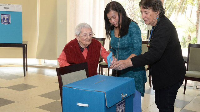 Elderly woman voting in Kibbutz Nir Am near Sderot (Photo: Herzel Yosef)