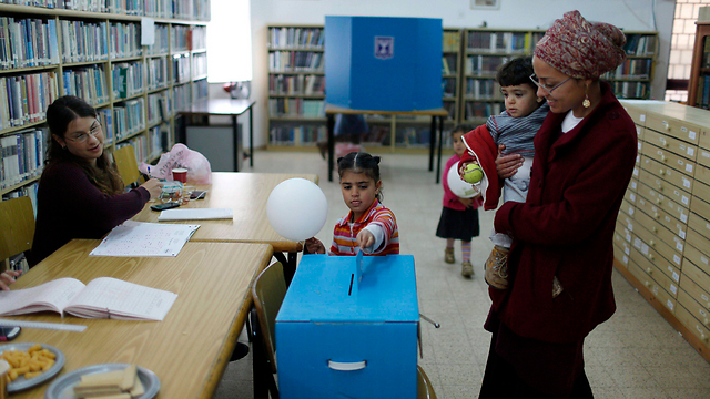 Voting in the Kiryat Arba settlement on the outskirts of Hebron (Photo: EPA)