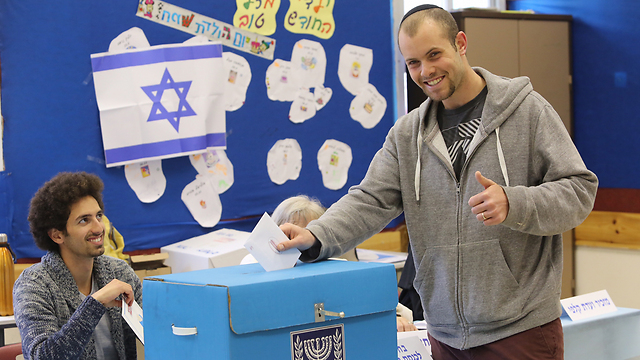 A ballot and a grin in Jerusalem (Photo: Gil Yohanan)
