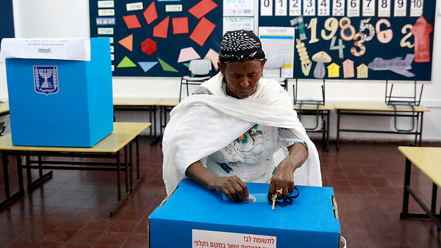 Woman votes in Mevaseret Zion (Photo: Reuters)
