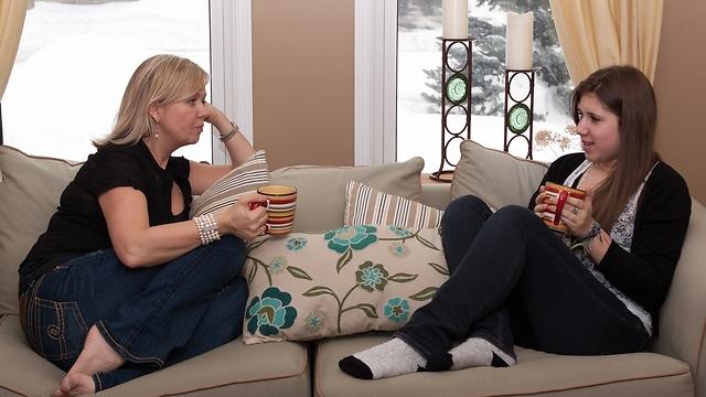 אפשר לנהל שיחה תוך כדי צפייה משותפת בתוכניות ריאליטי (צילום: shutterstock)