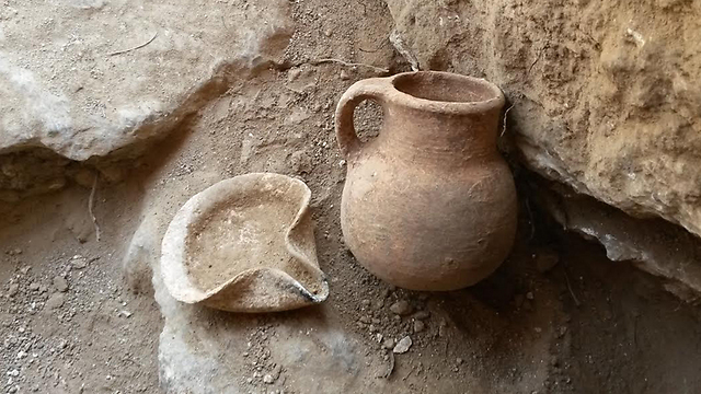An oil lamp and a ceramic jar that date to the Iron Age, which were discovered in the cave (Photo: IAA)