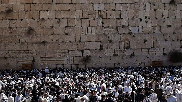 The crowded Western Wall (Photo: EPA)