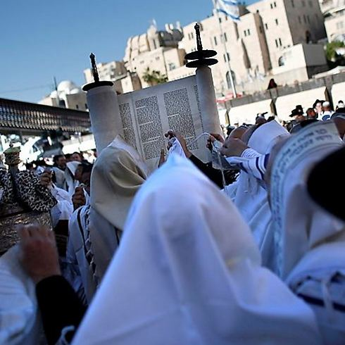 Holding up the Torah scroll (Photo: AFP)