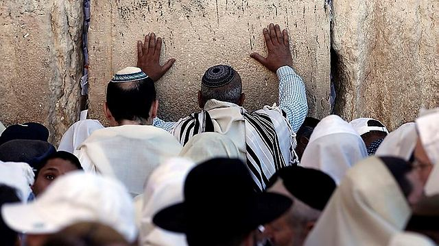 Touching the wall (Photo: AFP)