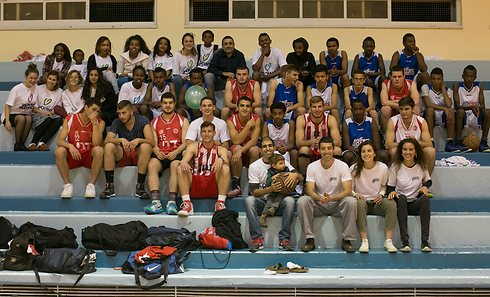 The Jerusalem 48ers and Hapeol Jerusalem national youth team pose for a picture (Photo: Ohad Zwigenberg)
