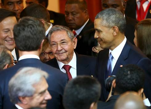 Obama and Castro meet on the sidelines of the Summit of the Americas (Photo: Reuters)